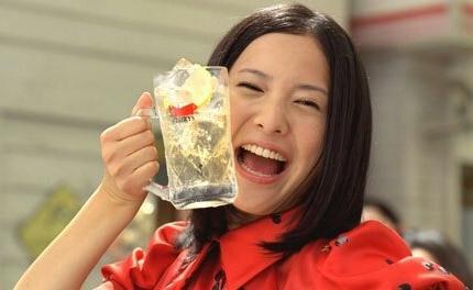 ジョッキを持つ吉高由里子