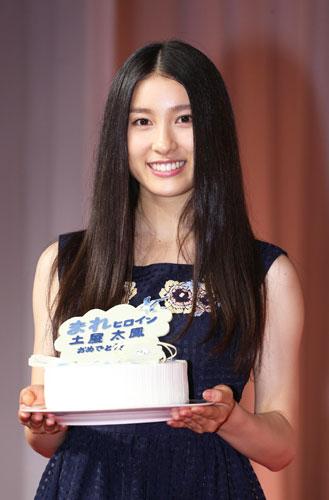 ケーキを持つ土屋太鳳